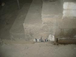 דלי בתוך יציקת בטון של גרם מדרגות